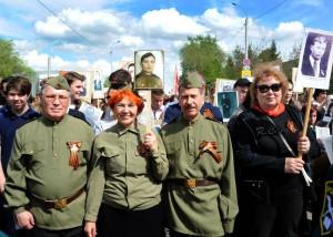 Ветераны несли портреты своих родных и близких, на чью долю выпали нечеловеческие испытания войной с немецко-фашистскими захватчиками, кто внёс неоценимый вклад в Великую Победу.