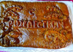 Калачи и свиное мясо заменил большой сдобный пирог с капустой и мясом, украшенный красивой надписью «С Рождеством»
